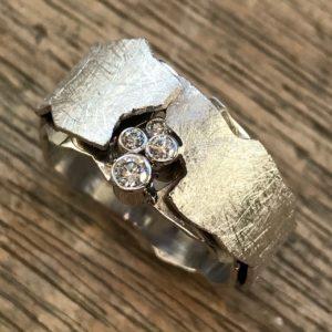 Ring aus Altgold Schichten