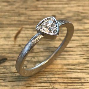 Ring aus Altgold mit Brillanten
