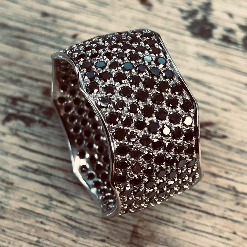 Ring mit 252 schwarzen Brillanten